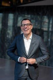 Seit 1. Juli dieses Jahres neuer Länderchef von EY Schweiz: Stefan Rösch-Rütsche vor dem EY-Sitz in Zürich. (Bild: Raisa Durandi, Zürich, 17. Juli 2019)