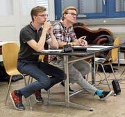 Schauspielcoach Rene Schweizer und Regisseur Simon Keller (v.l.) beobachten jeden Schritt und jede Geste der Schauspieler bis ins Detail. (Bild: Marco Enzler)