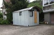 In dieser Hütte auf dem Parkplatz seines Elternhauses soll der Beschuldigte zwischenzeitlich in der Schweiz gelebt haben. (Bild: Raphael Nadler)