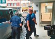Der zu 40 Monaten Gefängnis verurteilte Osteopath auf dem Weg zur Urteilsverkündung. (Bild: Gert Bruderer)