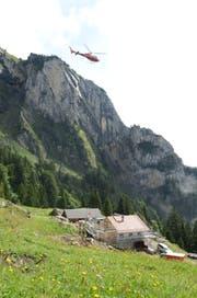 Der Helikopter bringt Bauelemente zur Alp Rohr. (Bilder: Corinne Hanselmann)