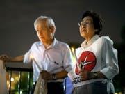 Zwei Überlebende gedenken vor dem Weissen Haus in Washington der Opfer des Atombombenabwurfs auf die japanische Stadt Nagasaki vor 74 Jahren. (Bild: KEYSTONE/EPA/ERIK S. LESSER)