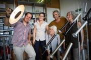 Drei Generationen fürs Lampendesign: die Familie Baltensweiler, Ilario Meier, Ria, Rosemarie, Gabriel, Karin Baltensweiler (von links). (Bild: Jakob Ineichen, Luzern, 6. August 2019)