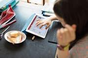 Digitale Medien erweitern die Möglichkeiten, wie Schülerinnen und Schüler sich neues Wissen aneignen können. (Bild: Keystone)