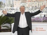 Nur wenige Wochen ist es her, dass sich Alain Delon in Cannes über die Ehrenpalme für sein Lebenswerk freute. Jetzt muss sich der 83-Jährige in einer Schweizer Klinik von einer Hirnblutung erholen. (Bild: Keystone/AP Invision/ARTHUR MOLA)