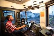 Die rechte Hand am Fahrschalter, die linke an den Bremsventilen: Paul Stettler im Führerstand der Re 620, der Gotthard-Lokomotive. (Bild: Ralph Ribi)