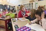 Immer mehr Senioren helfen im Klassenzimmer aus. (Bild: Olt)