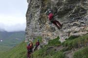 Zum «Dessert» das Abseilen: 35 Meter geht es eine steile Felswand hinunter. (Bild: Zéline Odermatt, Melchsee-Frutt, 7. August 2019)