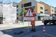 Florian von Rotz von der Gemeinde Stans räumt Signale des Einbahnsystems beim Karli-Kreisel weg. (Bild: Matthias Piazza, Stans, 9. August 2019)