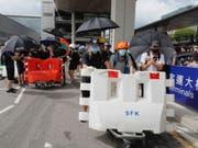 Demonstranten installieren Blockaden vor dem Hongkonger Flughafen. (Bild: Keystone/AP/KIN CHEUNG)