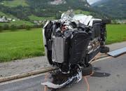 Der Kleinbus geriet über die Mittellinie auf die Gegenfahrbahn und kam nach der Kollision auf der Seite zum Stillstand. (Bild: Kantonspolizei Nidwalden)