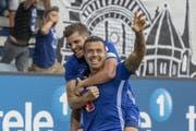 Lucas Alves (vorne) und Pascal Schürpf feiern das Tor zum 2:2 beim Super League Meisterschaftsspiel zwischen dem FC Luzern und dem BSC Young Boys. (Bild: Keystone/Urs Flüeler)