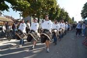 Tradition darf nicht fehlen! Die Landwirte marschieren mit ihren Kuhglocken die Bahnhofstrasse hinab. (Bild: Benedikt Troxler, Luzern, 31. August 2019)