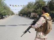 Afghanische Sicherheitskräfte bewachen die Strassen von Kundus nach einem Angriff der Taliban am Samstag. (Bild: Keystone/AP/BASHIR KHAN SAFI)