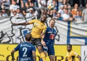 Kampf um die Lufthoheit: FCL-Verteidiger Christian Schwegler (rechts) im Kopfballduell mit YB-Stürmer Roger Assalé.Bild: Pius Amrein (Luzern, 1. September 2019)