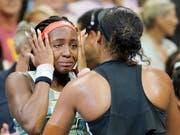 Eine feine Geste: Naomi Osaka tröstet ihre den Tränen nahe Gegnerin Cori Gauff (Bild: KEYSTONE/EPA/RAY STUBBLEBINE)