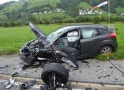 Der Wagen der 23-jährigen Lenkerin kam nach dem Zusammenprall auf der Wiese zum Stehen. (Bild: Kantonspolizei Nidwalden)
