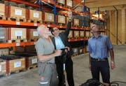 Bruno Odermatt, Leiter ZSO (links) mit den Regierungsräten Josef Hess und Christoph Amstad (rechts) in der Lagerhalle im neuen Logistikzentrum. (Bild: Philipp Unterschütz Kägiswil, 30. August 2019)