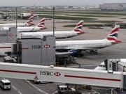 Auch heute dürften die Maschinen der britischen Fluggesellschaft am Boden bleiben. (Bild: KEYSTONE/EPA/ANDY RAIN)