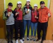 Von links: Die Medaillengewinnerinnen Sandra Röthlin, Julia Niederberger, Nadine Odermatt und Tina Baumgartner mit ihrem Trainer Thomi Rymann. Bild: PD