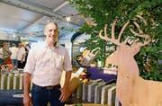 GIS-Präsident Michael Giger ist erfreut vom Gemeinschaftsstand Sevelen und von den begeisterten Besuchern. Bild: Hansruedi Rohrer