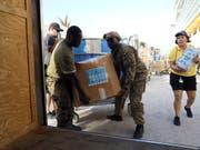 Nach der Ankunft von Hurrikan «Dorian» auf den Bahamas brauchen die Überlebenden Hilfe. Die Uno haben Tausende Mahlzeiten angeliefert. (Bild: KEYSTONE/AP/TIM AYLEN)