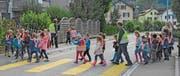 Kindergärtler überqueren unter Aufsicht auf einem Fussgängerstreifen die Thurfeldstrasse in Schönenberg. (Bild: Georg Stelzner)