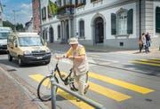 Strassenquerung vor dem Frauenfelder Rathaus. Fussgänger und Velofahrer sollen mit dem Frauenfelder Konzept für den Langsamverkehr mehr Gewicht erhalten. (Bild: Andrea Stalder)