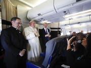 «Manchmal höre ich an einigen Orten Reden, die denen von Hitler 1934 ähneln», sagte Papst Franziskus am Dienstag auf dem Rückflug von Madagaskar nach Rom. Er fühle sich durch Ausländerfeindlichkeit manchmal in die Zeit des Nationalsozialismus zurückversetzt. (Bild: KEYSTONE/EPA AP POOL/ALESSANDRA TARANTINO / POOL)