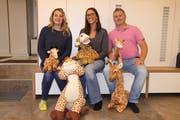Der Vorstand des Vereins Giraffen.Schule, von links: Yasmina Rohner, Eveline Degani und Remo Degani. Auf dem Bild fehlt Céline Bares. (Bild: Susi Miara)