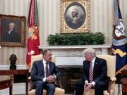 US-Präsident Trump und der russische Aussenminister Lawrow im Mai 2017 im Weissen Haus. - Laut CNN erfolgte die Entscheidung zum Abzug des CIA-Spions nach einem Treffen zwischen Trump und Lawrow im Weissen Haus. (Bild: KEYSTONE/AP Russian Foreign Ministry)