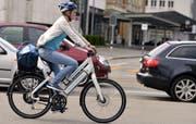 Das Mindestalter für alle E-Bikes liegt heute bei 14. In den Nachbarländern der Schweiz gibt es keine Altersbeschränkung, zumindest für leichte E-Bikes nicht. (Bild: Walter Bieri / Keystone)
