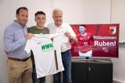 Berater Josef «Seppi» Jost (rechts) mit Ruben Vargas (Mitte) und dem Augsburg-Geschäftsführer Michael Ströll während der Präsentation beim Bundesligisten am 17. Juni 2019. (Bild: FC Augsburg)