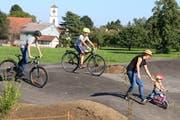 Jugendliche und Familien verbringen einen sportlichen Nachmittag auf der neuen Freizeitanlage. (Bild: Hana Mauder Wick)