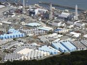 Tanks mit radioaktivem Wasser werden beim zerstörten Atomkraftwerk in Fukushima gelagert. Acht Jahre nach der Reaktorkatastrophe muss Japan noch entscheiden, was mit den Millionen Tonnen von verseuchtem Wasser geschehen soll. (Bild vom September 2017) (Bild: KEYSTONE/AP Kyodo News/DAISUKE SUZUKI)