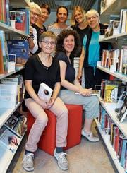 Die Bibliotheksleiterinnen Heidi Büchel und Angela Neff (vorne von links), die Mitarbeiterinnen Irene Franck, Andrea Gmür, Denise Maffei, Andrea Bleiker und Marianne Grob (hinten von links). (Bild: Fränzi Göggel)