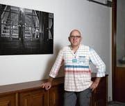 Christian Herbert Hildebrand vor seinem Lieblingsbild mit alt Bundesrat Adolf Ogi.(Bild: Roger Zbinden, Menzingen, 7. September 2019)