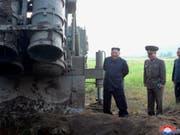 Nordkoreas Machthaber Kim Jong Un beim Besuch eines Mehrfach-Raketenwerfer an einem unbekannten Orten im Land. (Bild: KEYSTONE/AP KCNA via KNS)