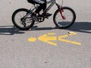 Heutzutage fahren weniger Kinder und Jugendliche mit dem Velo zur Schule als noch vor zwanzig Jahren. (Bild: KEYSTONE/ENNIO LEANZA)