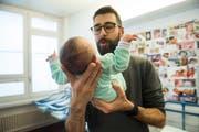 Der Ständerat will zwei Wochen bezahlte Auszeit für Väter. Am Mittwoch muss der Nationalrat entscheiden. (Bild:Alessandro Crinari/Keystone)