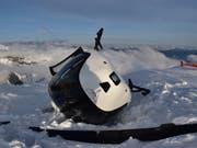 Der Absturz eines Helikopters bei einem Landemanöver in Laax GR ist verhältnismässig glimpflich abgelaufen: Von den fünf Insassen wurde lediglich eine Passagierin leicht verletzt. (Bild: Kantonspolizei Graubünden)