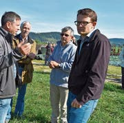 Mitten in der Diskussion: Landwirt Daniel Vetterli, Toni Kappeler (Pro Natura), Markus Nyffeler (Gemeinderat Wagenhausen) und Matthias Künzler (Amt für Raumentwicklung Thurgau). (Bild: Thomas Güntert)