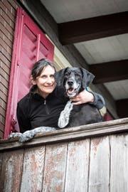 Maud Berner mit ihrem Hund Louis, den ihr die Behörden zwischenzeitlich wegnahmen. (Bild: Manuela Jans)