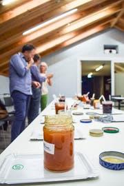 Jurymitglieder des «Gonfi»-Wettbewerbs wagen sich ans Degustieren und fachsimpeln über den Inhalt der Konfitüren.