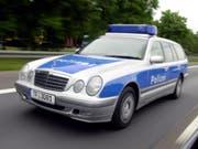 Weil er eine Waffe gezückt hatte: Bei einer Kontrolle auf einer Autobahn bei Berlin erschiessen Beamte einen mutmasslichen Straftäter. (Bild: KEYSTONE/AP/SVEN KAESTNER)