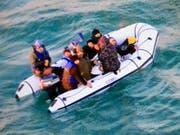 Migranten auf einem Schlauchboot im Ärmelkanal. (Bild: KEYSTONE/AP/MARINE NATIONALE)