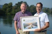 Hanspeter Steinmetz von Aqua Viva und URh-Geschäftsführer Remo Rey besiegeln die Zusammenarbeit mit einer Urkunde. (Bild: PD)