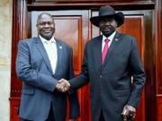 Einigung im ostafrikanischen Krisenland Südsudan: Rebellenführer Riek Machar (links) und Präsident Salva Kiir wollen innert zweier Monate eine Einheitsregierung bilden. (Bild: KEYSTONE/AP/SAM MEDNICK)