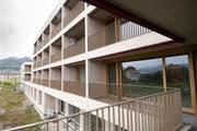 Jedes der 57 Einzelzimmer im Pflegezentrum hat einen kleinen Balkon. (Bilder: Ralph Ribi (5. September 2019))