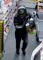 Dieselbe Volg-Filiale im November 2016: Der Täter trägt eine Skibrille, eine Sportjacke und ist mit einem Küchenmesser bewaffnet. (Bild: ZVG)